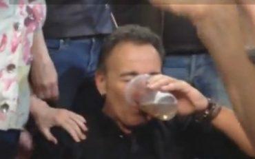 Bruce Springsteen bebiendo cerveza con el público en Filadefia el pasado 28 de marzo.
