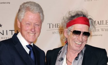 "Keith Richards con Bill Clinton recibiendo el premio Norman Mailer por ""Life"""