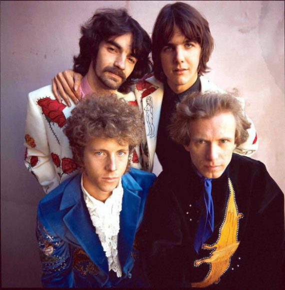 Chris Ethridge arriba a la izquierda junto a Gram Parsons, Sneaky Pete y Chris Hillman, The Flying Burrito Brothers