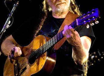 """Willie Nelson cumple hoy 79 años junto a su inseparable guitarra """"Trigger"""""""
