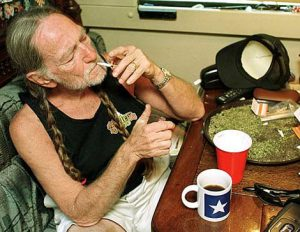"Willie Nelson y su defensa al consumo y legalización de la marihuana. Wille Nelson Bio Willie 2012 Bio diesel. ""Roll Me Up and Smoke Me When I Die. Musings from the Road"" nuevo libro autobiográfico"