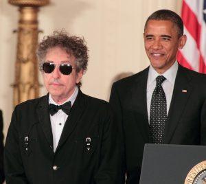 """Bob Dylan recibe el """"Presidential Medal of Freedom"""" Medalla de la libertad máximo honor civil en Estados Unidos por parte de Obama 2012"""
