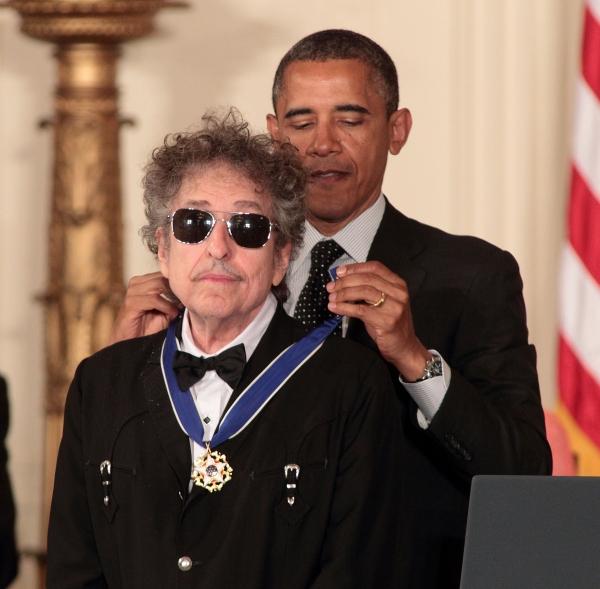 """Bob Dylan recibe el """"Presidential Medal of Freedom"""" Medalla de la libertad máximo honor civil en Estados Unidos por parte de Obama"""