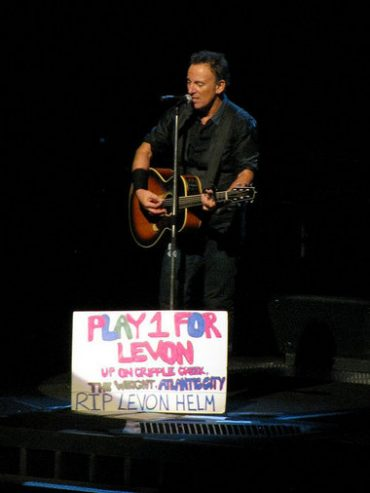"Bruce Springsteen cantando ""The Wight"" como tributo a Levon Helm en Newark, New Jersey"