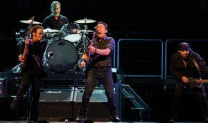 Bruce Springsteen, NilsLofgren, Max Weinberg y Steve Van Zandt, honrando a  Levon Helm en Newark, New Jersey