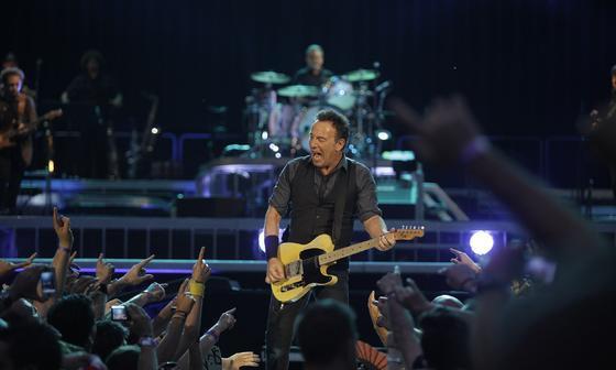 Bruce Springsteen anoche en el Estadio de la Cartuja, Sevilla cantándole a los indignados, parados y desahuciados