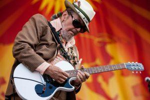 """Dr. John presentando """"Locked Down"""" antes de actuar con Bruce Springsteen en el New Orleans Jazz & Heritage Festival 2012"""