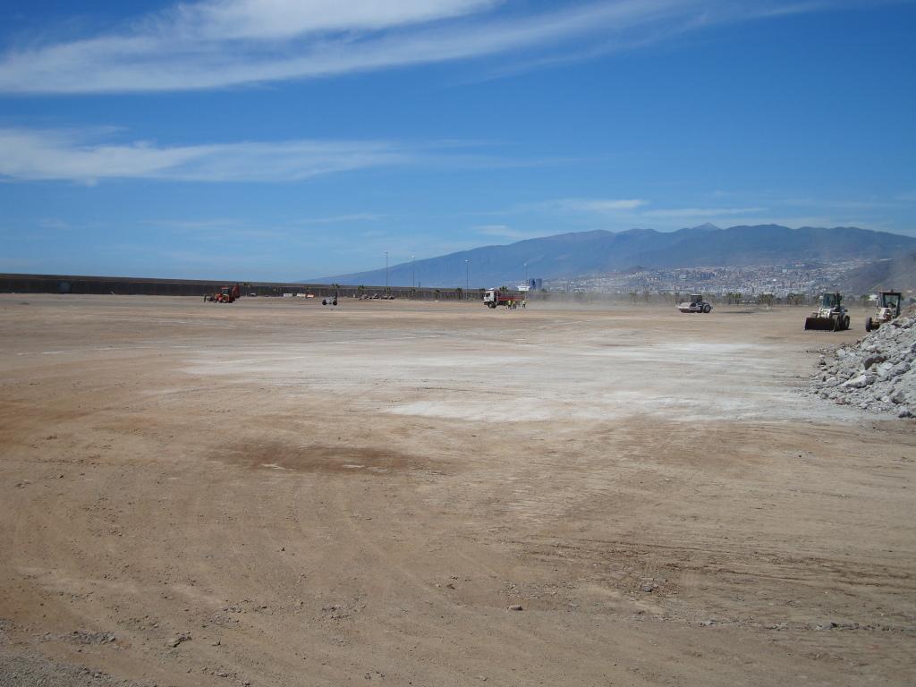 Obras en el Rock Coast Festival Tenerife, con la ciudad de Santa Cruz y el Teide al fondo. 24, 25 y 26 de mayo de 2012