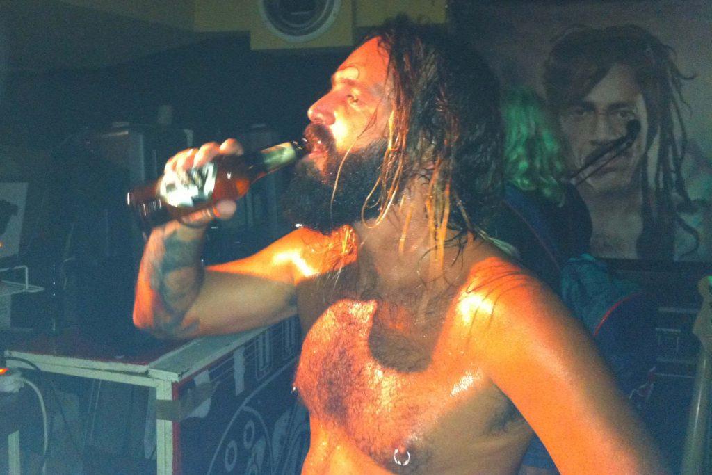 """Brutalizzed Kids en El Hombre Bala Rock & Coffe el 1 de junio 2012 Alberto """"Soy Muñeco"""""""