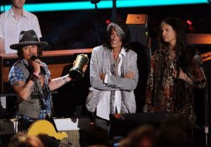 ohnny Depp con The Black Keys, Aerosmith Steven Tyler y Joe Perry en MTV Movie Awards 2012