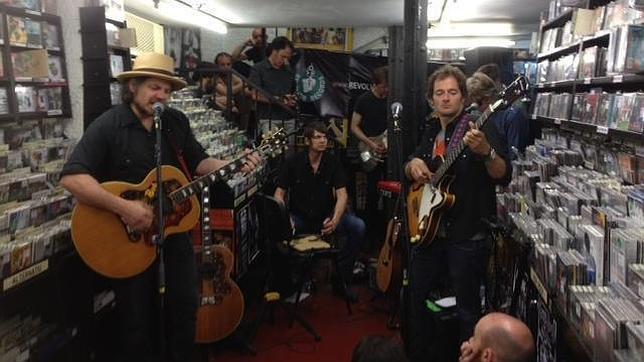 """Wilco en su min concierto en """"Discos Revolver Records"""" Barcelona 1 de junio 2012"""