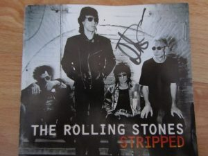 Darryl Jones firma autografo a Dirty Rock en su paso por Canarias el disco Stripped de los ROlling Stones