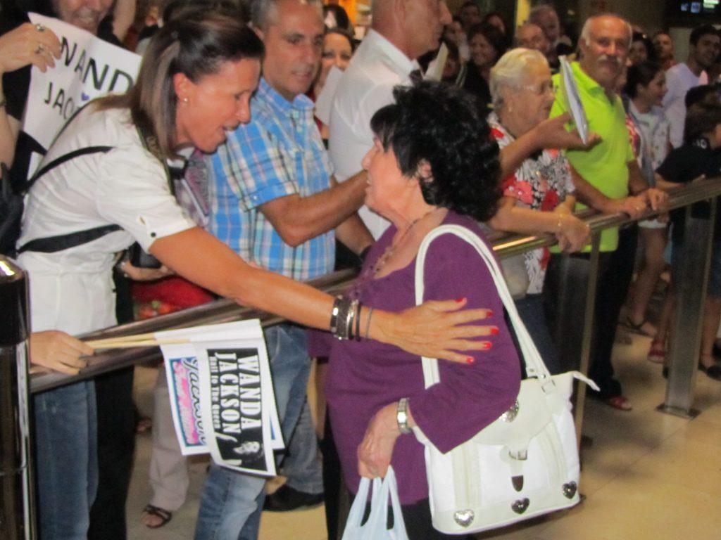 Wanda Jackson saludando en Tenerife a muchísimos fans del Rock and Roll