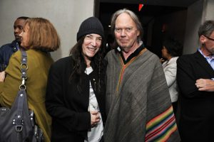 "Patti Smith entrevista a Neil Young en relación con ""Waging Heavy Peace"""