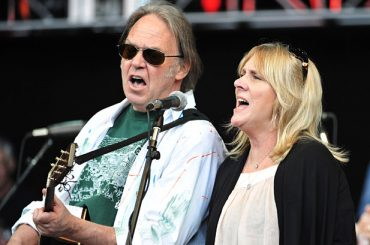Pegi Young y Neil Young & The Survivors Bracing For Impact