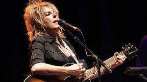 Lucinda Williams prepara nuevo disco y contrato discográfico