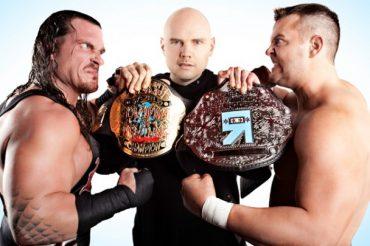 Billy Corgan promocionando Wrestling y muebles, por una causa benéfica