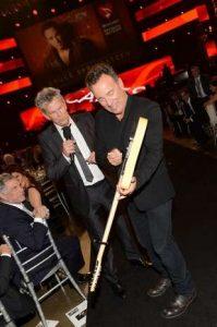 Bruce Springsteen firmando su guitarra en MusiCares