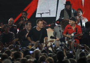 Bruce Springsteen y Tom Morello en Musicares 2013