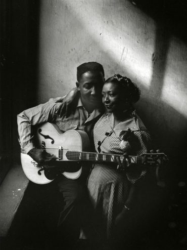 Muddy Waters y esposa Geneva en su casa de Chicago