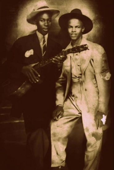 Robert Johnson y Johnny Shines en una nueva foto del rey del Delta Blues