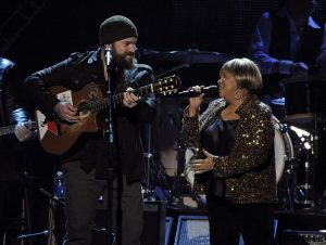 Zac Brown y Mavis Staples en Musicares de Bruce Springsteen 2013