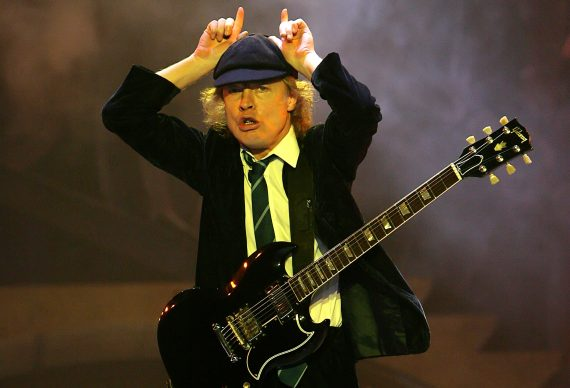 Angus Young, 58 años de Dirty Deed Blues con AC/DC, Let there Be Rock!
