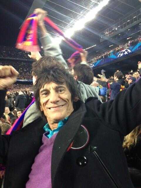 Ronnie Wood fan del FC Barcelona anoche contra el AC Milan