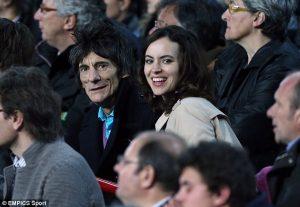 Ronnie Wood y Sally Humphreys en el Camp Nou viendo al Barça contra el Milan