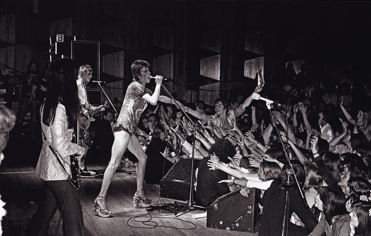 David Bowie durante la gira Ziggy Stardust por el Reino Unido en 1973. De izquierda a derecha: Trevor Bolder, Mick Ronson, y David Bowie.