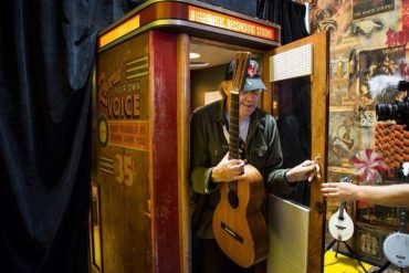Neil Young grabando en una Voice –O-Graph para Third Man Records