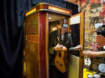 Neil Young grabando en una Voice –O-Graph para Third Man Records