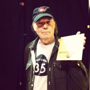 Neil Young grabando en una Voice –O-Graph para Third Man Records de Jack White en el Record Store Day
