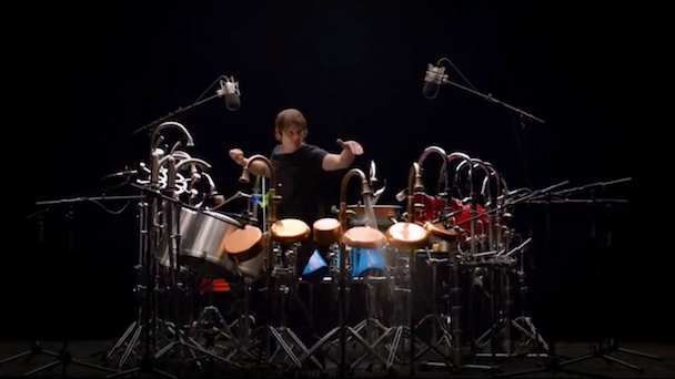 Glenn Kotche, bateria de Wilco promocionando grifería en un anuncio televisivo