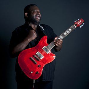 """Michael """"Iron Man"""" Burks con su disco póstumo """"Show of Strength"""", ganador del mejor álbum de Blues y mejor álbum contemporáneo de Blues del año"""