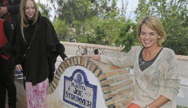 Placeta Joe Strummer en Granada, viuda e hija Strummer