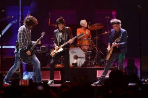 The Rolling Stones y Dave Grohl interpretando Bitch