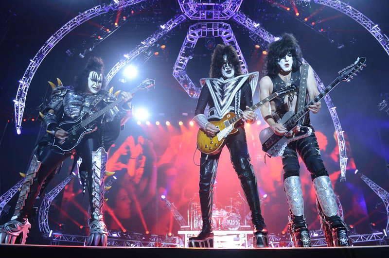 Kiss estrenando su nuevo escenario de araña en Estocolmo 2013