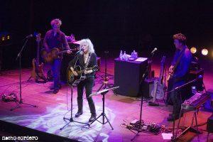 Lucinda Williams durante su concierto en Bilbao