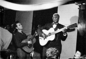 Woody Guthrie y Leadbelly en su 101 años de Folk Urbano