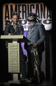 Dan Auerbach y Dr. John en los premios de la Americana Music 2013