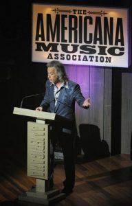 Jim Lauderdale presentador  de los premios 2013 Americana Music Awards