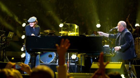 Brian Johnson de AC/DC y Billy Joel cantando juntos