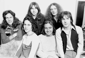 Adiós a Ed Gagliardi, bajista de Foreigner. En la foto segundo por la izquierda, abajo.