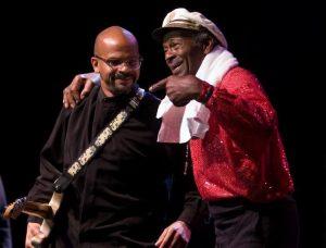 Chuck Berry gana el premio Nobel de la música, el Polar Music Prize. En la foto junto a su hijo Charles Berry II (CBII)