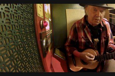 Neil Young graba en directo y televisión Crazy en la cabina de Jack White