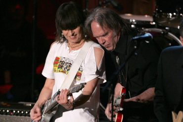 "Neil Young y Chrissie Hynde en ""Down The Wrong Way"""