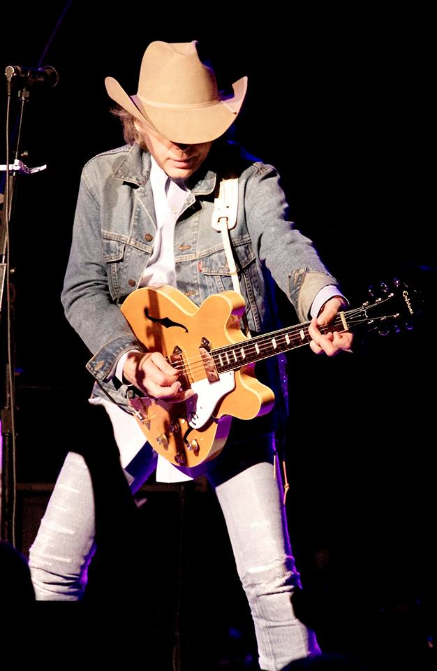 Dwight Yoakam versiona a la Creedence Clearwater Revival en su nuevo disco