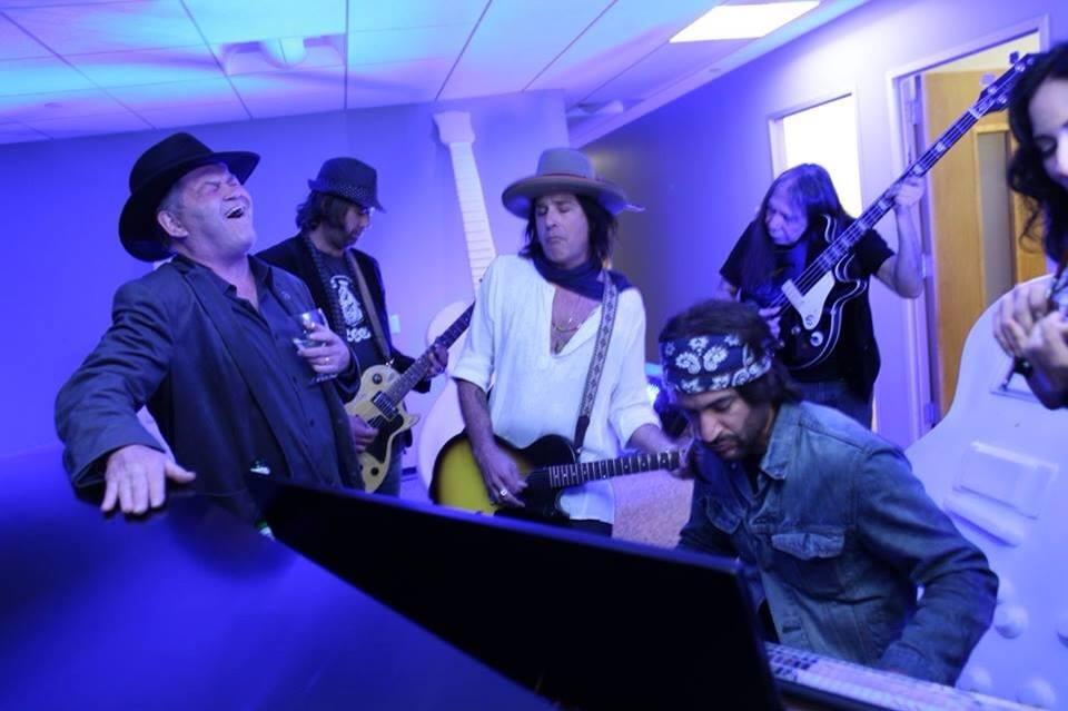 Jonny Kaplan junto al bajista de Neil Young Rick Rosas