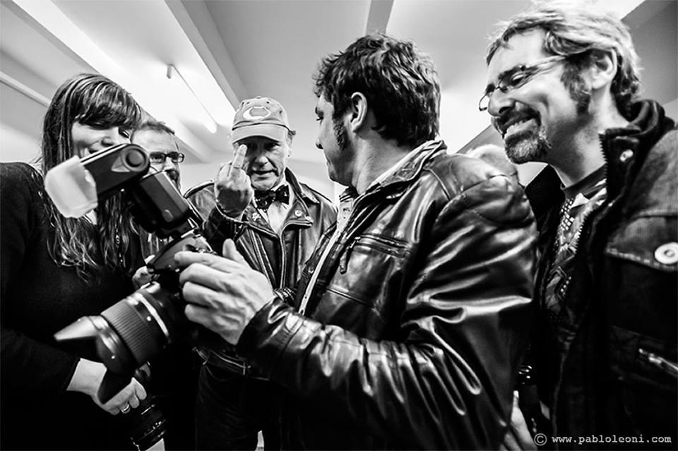 Desi Estévez en la primer galería especializada en fotografía musical de la Galería Johnson en Barcelona.jpg